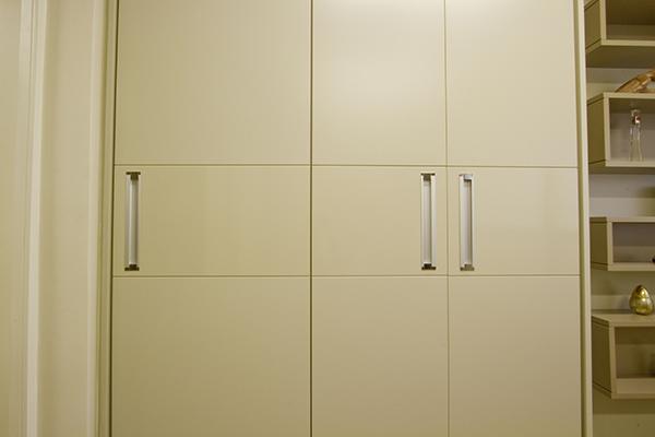 Armário Mondrian laca acetinada e gloss avelã, closet planejado sob medida, porta de giro, armário sob medida, armários planejados, moveis planejados