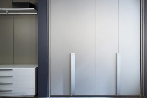Armário puxador sigilo, porta de giro, laca branca acetinada, armários planejados sob medida, móveis planejados sob medida