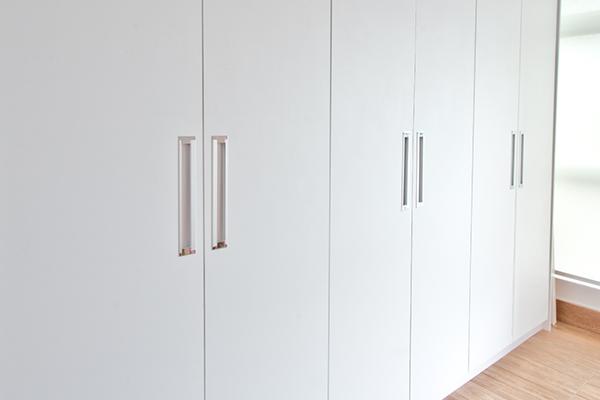 Armário puxador ghost cava, armário planejado sob medida portas laqueadas branca acetinada, móveis planejados sob medida