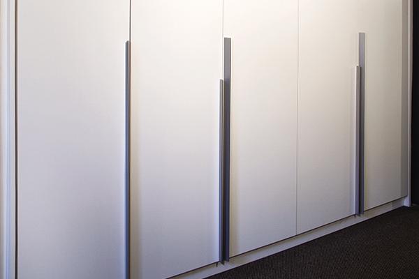 Armário puxador metrópolis, porta de giro, laca branca acetinada, armário planejado sob medida, móveis planejados sob medida