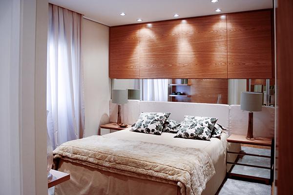 Dormitório casal, cabeceira e criados com espelho, painel madeirado, armário sob medida, móveis planejados sob medida, apartamento decorado lançamento imobiliário