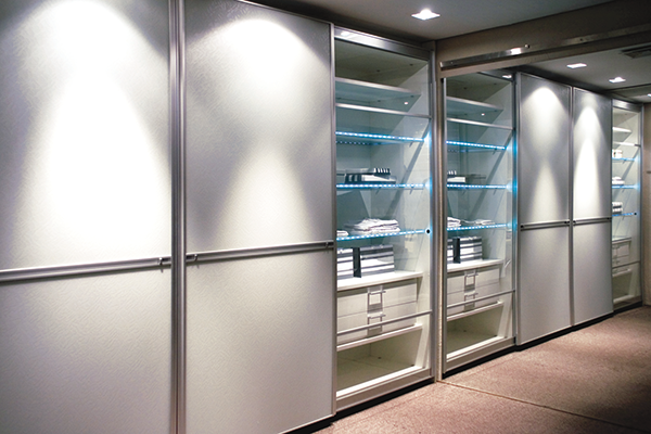 Armários portas de correr com amortecedores, portas de vidro transparente e vidro branco acidato, móveis planejados sob medida