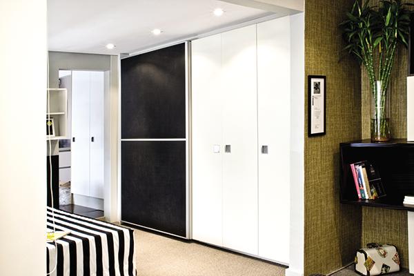 Armário misto de portas de correr e portas de giro, móveis portas em couro preta, armários planejados sob medida, móveis sob medida