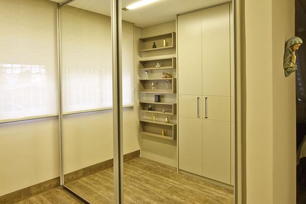 Closet com armários portas de correr com amortecedores, portas com espelhos, móveis planejados sob medida, armários planejados sob medida