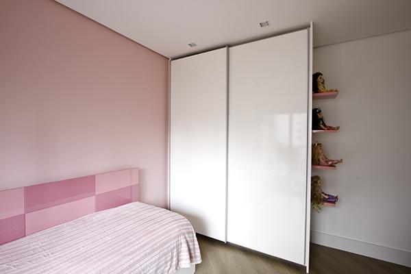 Armários planejados com portas de correr com amortecedores, quarto paredes rosa, móveis planejados sob medida, armários planejados sob medida