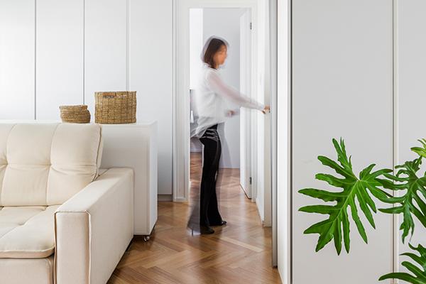 armários planejados, closet, pintura laqueada, closet integrado a sala, porta divisória de sala, armários apartamento compacto, projeto metamorfose, armários sob medida, armários funcionais, armário apartamento compacto
