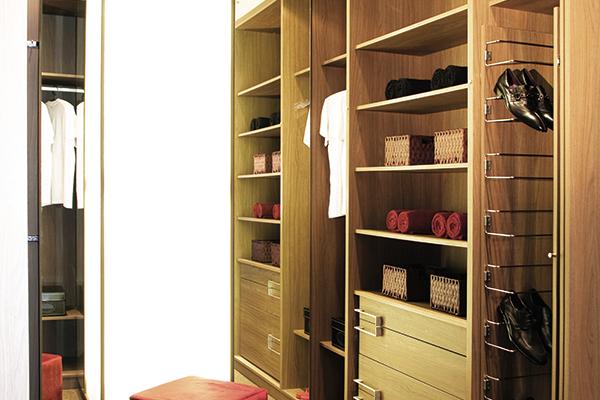 Armários planejados sob medida, closet madeirado claro, sapateira extraível, espelho extraível,  móveis planejados sob medida
