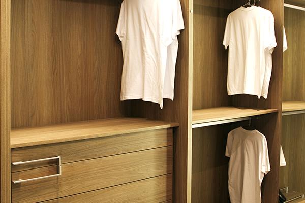 Armários planejados sob medida, closet madeirado claro, gavetas organizadoras,  móveis planejados sob medida