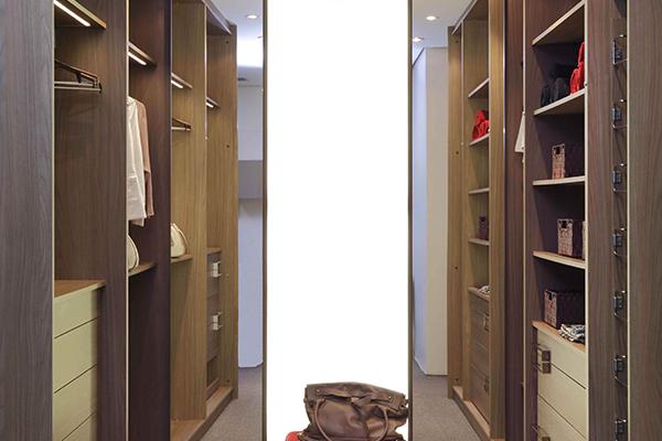 Armários planejados sob medida, closet madeirado claro, gavetas organizadoras, espelho extraível, sapateira extraível,  móveis planejados sob medida