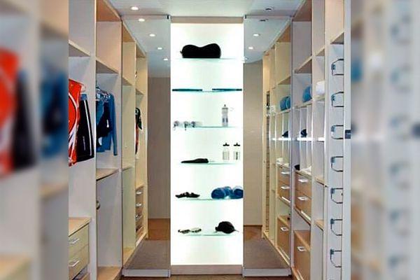 Closet com iluminacao em painel translucido, sutileza que valoriza e estimula na hora de escolher sua roupa.